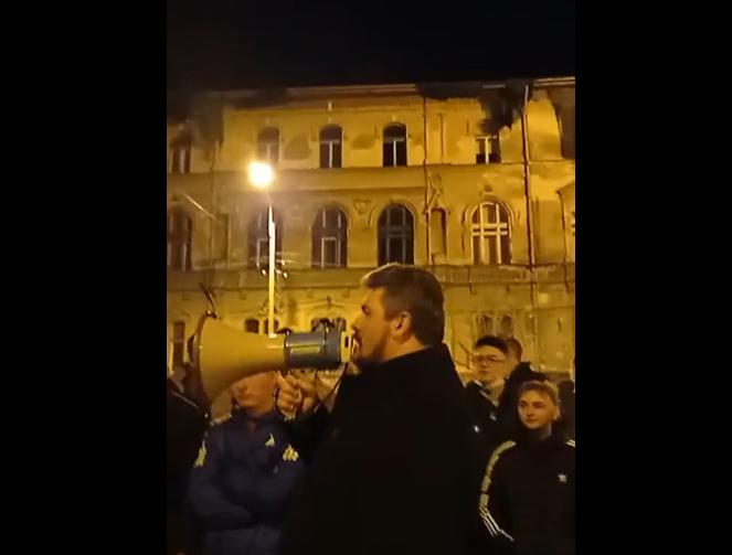 Protest anti-carantină, noaptea trecută, în fața casei primarului Fritz, la  Timișoara