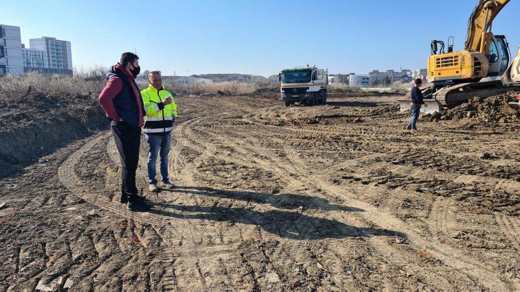 Continuă lucrările de curățare a terenului pe care va fi realizată noua bază sportivă din Timișoara