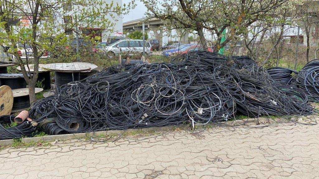 Stâlpii de pe 200 de străzi din Timișoara, curățați de cabluri