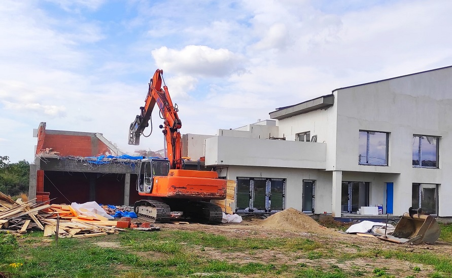 Cu buldozerul în clădirile mai înalte decât scrie în autorizație, la Dumbrăvița