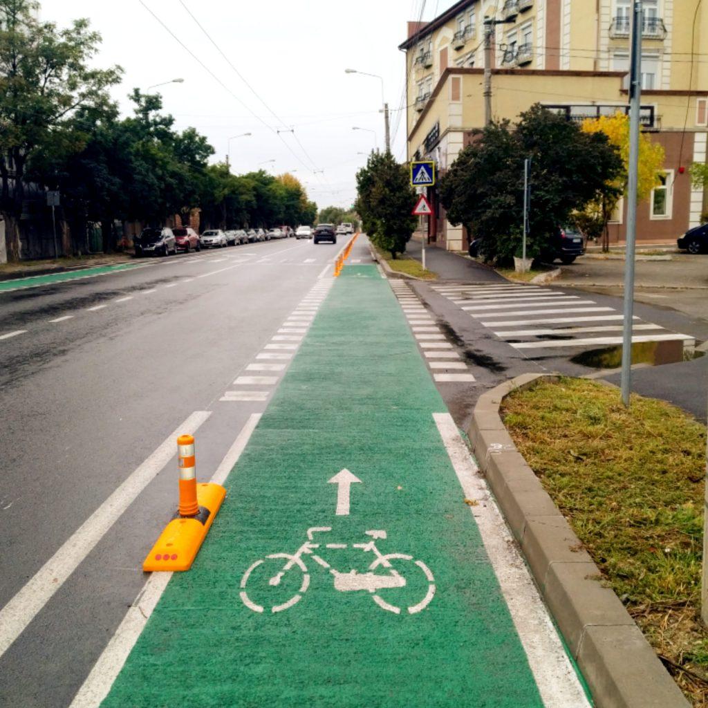 Stâlpi de delimitare a pistelor de biciclete din Timișoara, montați pe mai multe străzi